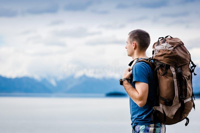 Sluit omhoog portret van wandelaar die de horizon bekijken royalty-vrije stock foto's