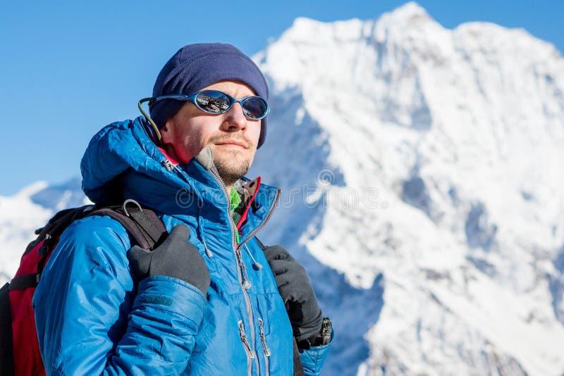 Sluit omhoog portret van wandelaar die de horizon in de bergen bekijkt stock afbeeldingen