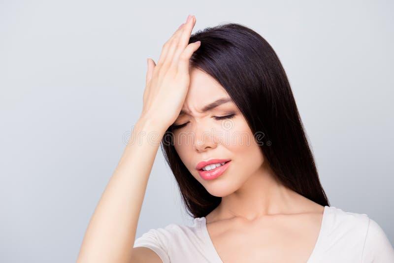 Sluit omhoog portret van zekere ondernemer die een hoofdpijn hebben, heeft zij gesloten ogen en zij raakt haar voorhoofd terwijl  stock fotografie