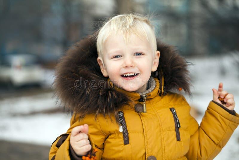 Sluit omhoog portret, weinig jongen in een de winterpark royalty-vrije stock afbeeldingen