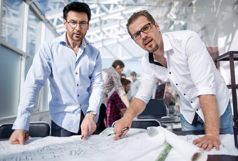 Sluit omhoog professionele ontwerpers die zich op het werk bevinden stock afbeelding