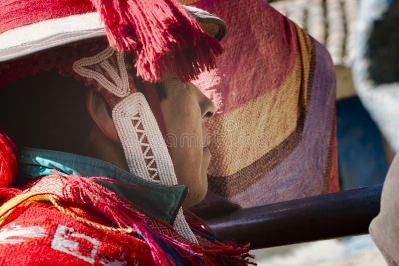 Sluit omhoog profiel van een Peruviaanse mens gekleed in kleurrijke traditionele met de hand gemaakte uitrusting royalty-vrije stock afbeelding