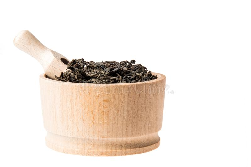 Sluit omhoog Profiel van kom met grote blad droge zwarte thee Ge?soleerdj op witte achtergrond Binnen geplaatste metende lepel De royalty-vrije stock fotografie