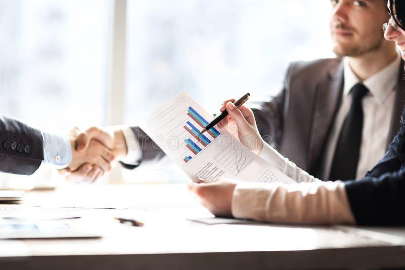Sluit omhoog programma van financi?le ontwikkeling en handdruk van partners stock afbeeldingen