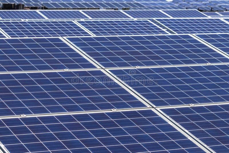 Sluit omhoog rijenserie van polycrystalline siliciumzonnecellen of photovoltaics in zonneelektrische centrale stock afbeeldingen