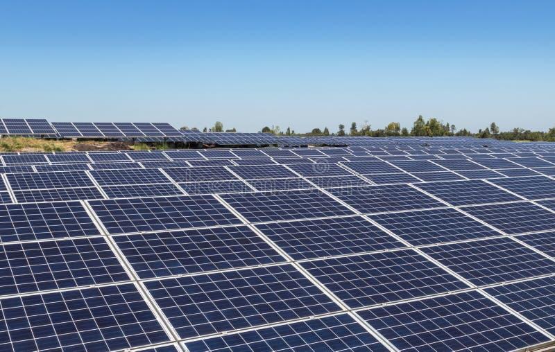Sluit omhoog rijenserie van polycrystalline siliciumzonnecellen of photovoltaics in zonneelektrische centrale stock foto's