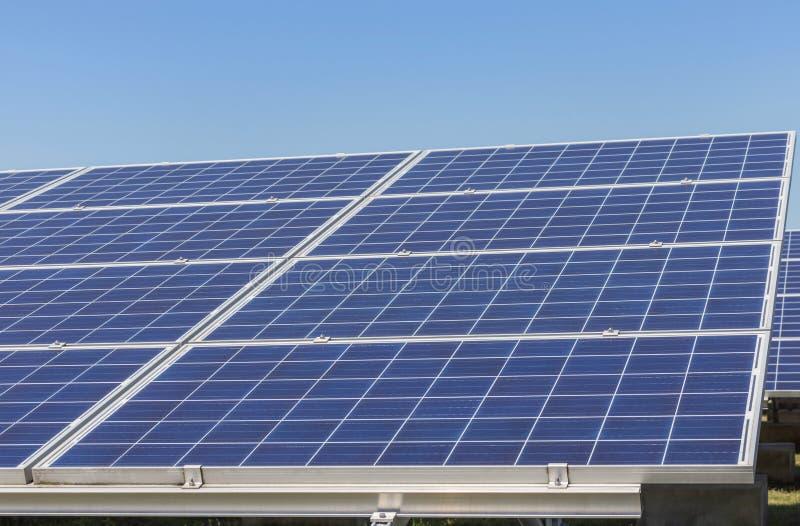 Sluit omhoog rijenserie van polycrystalline siliciumzonnecellen of photovoltaics in zonneelektrische centrale royalty-vrije stock fotografie