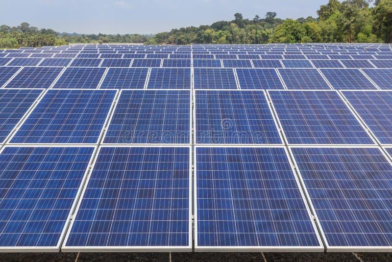 Sluit omhoog rijenserie van polycrystalline siliciumzonnecellen of photovoltaics in zonneelektrische centrale royalty-vrije stock afbeelding