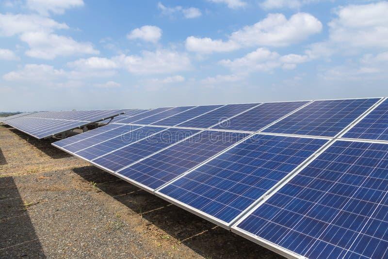 Sluit omhoog rijenserie van polycrystalline siliciumzonnecellen of photovoltaics in zonneelektrische centrale stock afbeelding