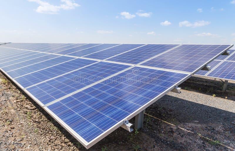 Sluit omhoog rijenserie van polycrystalline siliciumzonnecellen of photovoltaics in zonneelektrische centrale stock foto
