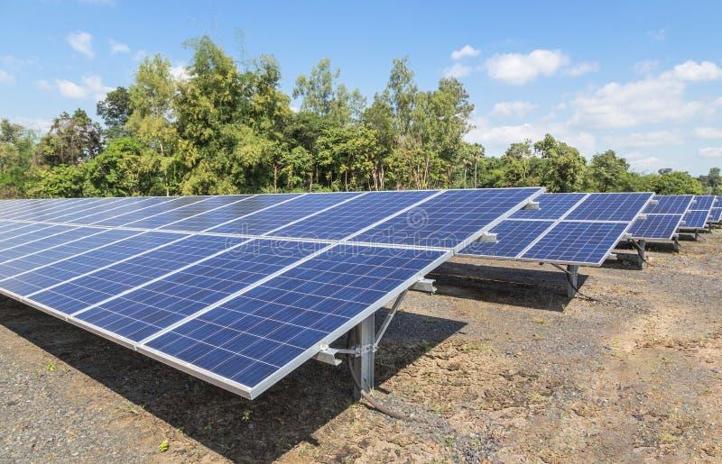 Sluit omhoog rijenserie van polycrystalline siliciumzonnecellen of photovoltaics in zonneelektrische centrale royalty-vrije stock afbeeldingen