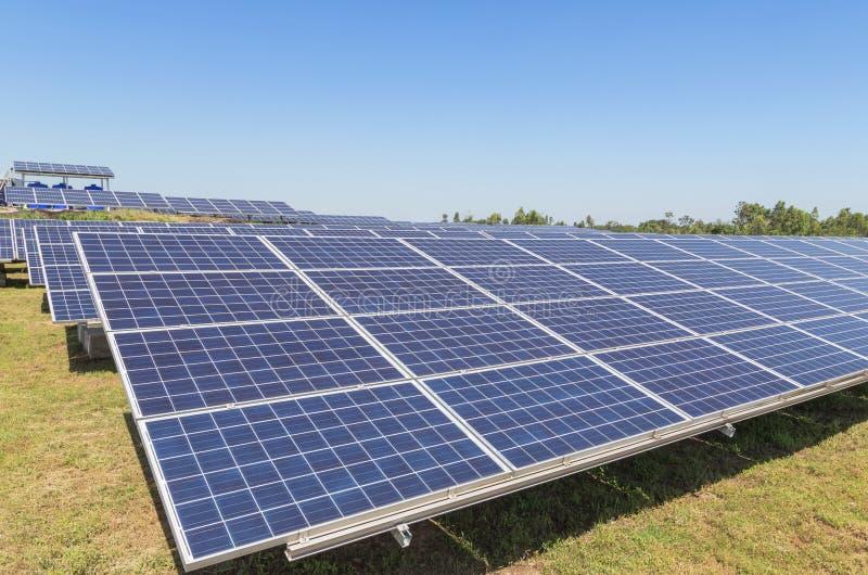 Sluit omhoog rijenserie van polycrystalline siliciumzonnecellen of photovoltaics in zonneelektrische centrale royalty-vrije stock foto