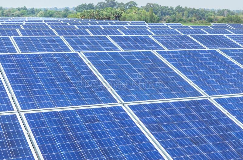 Sluit omhoog rijenserie van polycrystalline siliciumzonnecellen of photovoltaics in zonneelektrische centrale royalty-vrije stock foto's