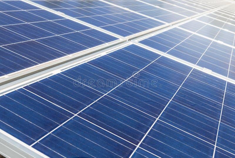 Sluit omhoog rijenserie van polycrystalline siliciumzonnecellen of photovoltaics in zonneelektrische centrale alternatieve duurza stock afbeelding