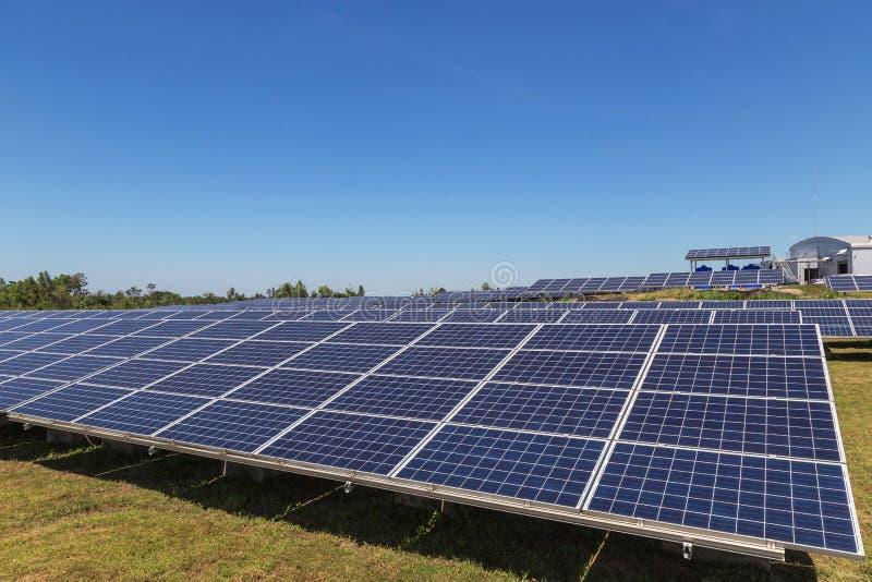 Sluit omhoog rijenserie van polycrystalline siliciumzonnecellen of photovoltaics in zonneelektrische centrale alternatieve duurza stock foto's