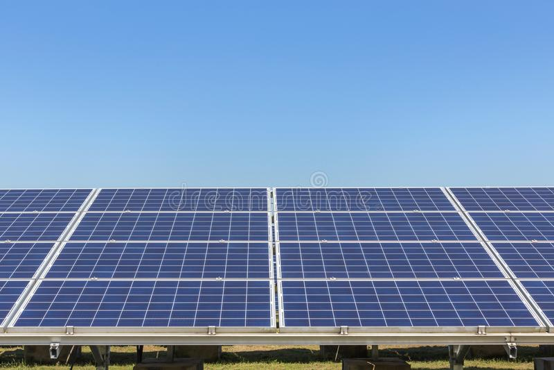 Sluit omhoog rijenserie van polycrystalline siliciumzonnecellen of photovoltaics in zonneelektrische centrale alternatieve duurza royalty-vrije stock foto