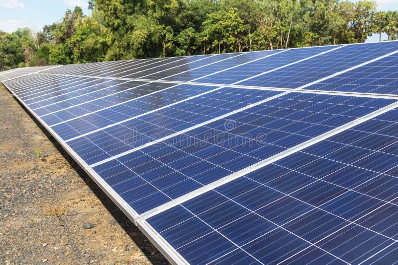 Sluit omhoog rijenserie van polycrystalline siliciumzonnecellen of photovoltaics in zonneelektrische centrale verschijnt absorbee stock foto's