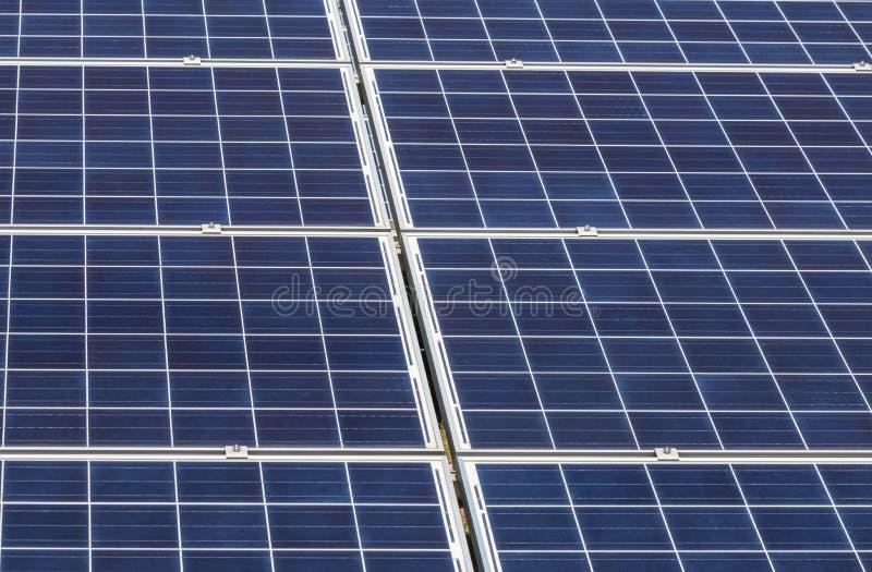 Sluit omhoog rijenserie van polycrystalline siliciumzonnecellen of photovoltaics in zonneelektrische centrale verschijnt absorbee stock foto