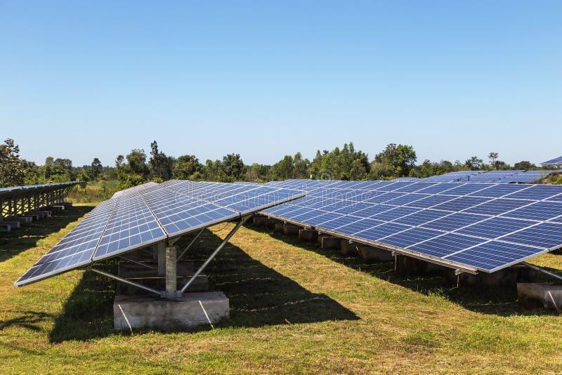 Sluit omhoog rijenserie van polycrystalline siliciumzonnecellen of photovoltaics in zonneelektrische centrale verschijnt absorbee stock afbeeldingen
