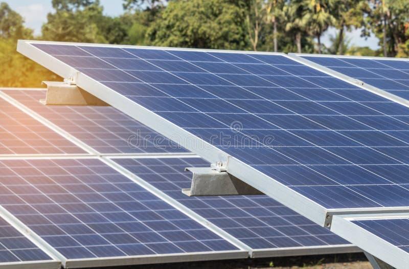 Sluit omhoog rijenserie van polycrystalline siliciumzonnecellen of photovoltaics in zonneelektrische centrale verschijnt absorbee stock fotografie