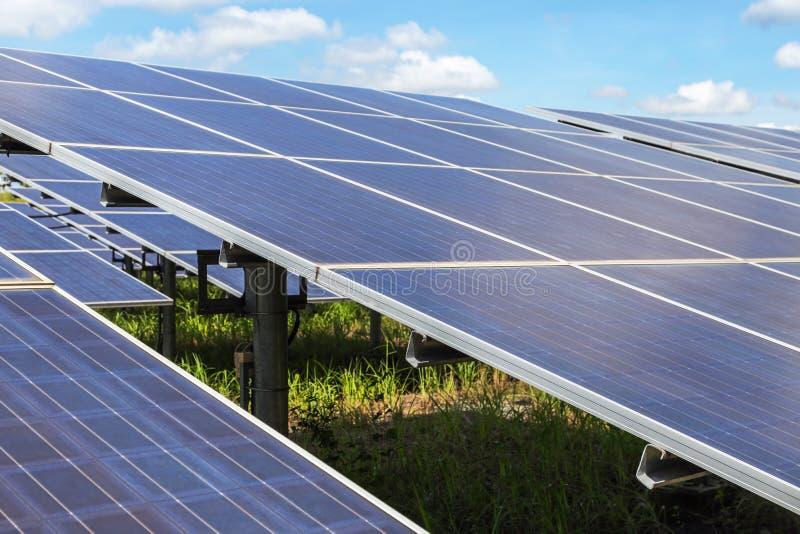 Sluit omhoog rijenserie van polycrystalline siliciumzonnecellen of photovoltaics in zonneelektrische centrale verschijnt absorbee royalty-vrije stock fotografie
