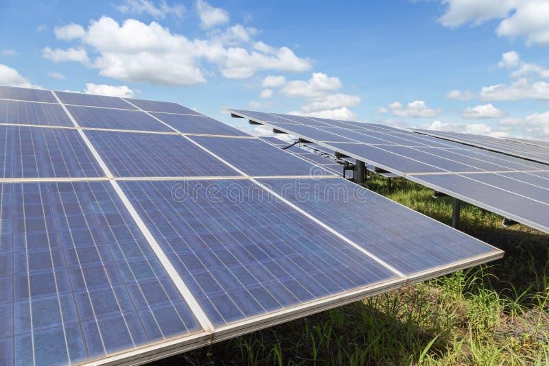 Sluit omhoog rijenserie van polycrystalline siliciumzonnecellen of photovoltaics in zonneelektrische centrale verschijnt absorbee royalty-vrije stock foto