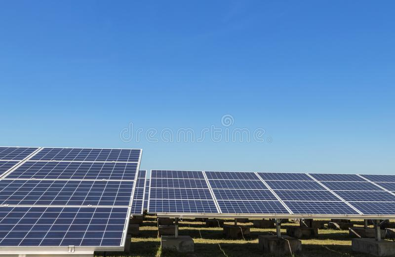 Sluit omhoog rijenserie van polycrystalline siliciumzonnecellen of photovoltaics in zonneelektrische centrale verschijnt absorbee royalty-vrije stock afbeelding