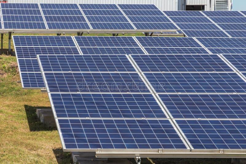 Sluit omhoog rijenserie van polycrystalline siliciumzonnecellen of photovoltaics in zonneelektrische centrale verschijnt absorbee royalty-vrije stock foto's