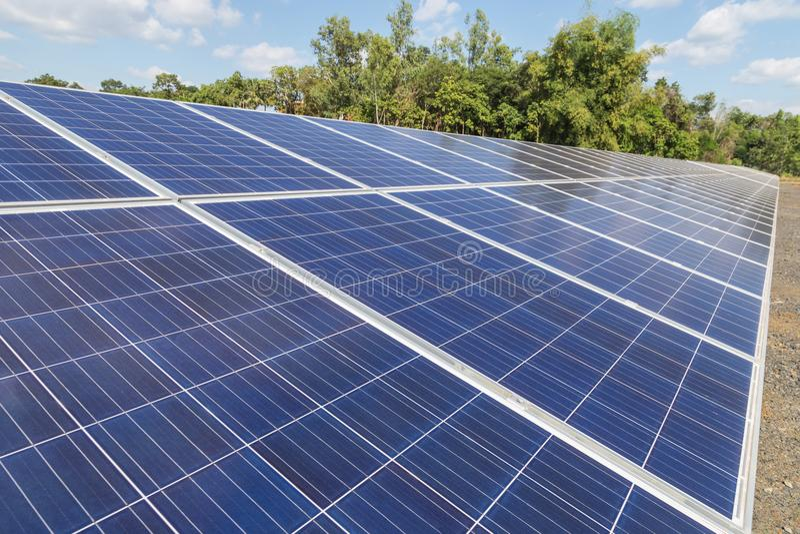 Sluit omhoog rijenserie van polycrystalline siliciumzonnecellen of photovoltaics in zonneelektrische centrale verschijnt skyward stock foto's