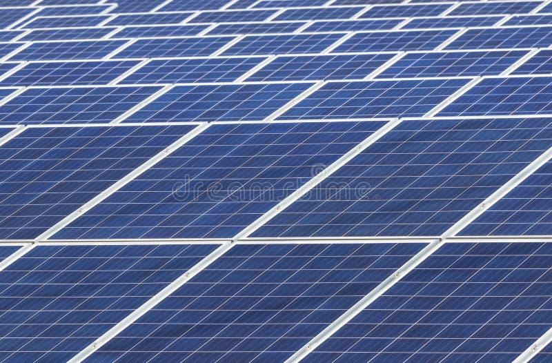 Sluit omhoog rijenserie van zonnecellen of photovoltaics in zonnekrachtcentrale zet lichte energie van de zon om stock afbeeldingen