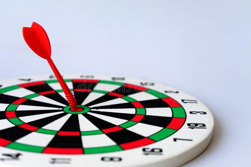 Sluit omhoog rood dartboard stock foto's