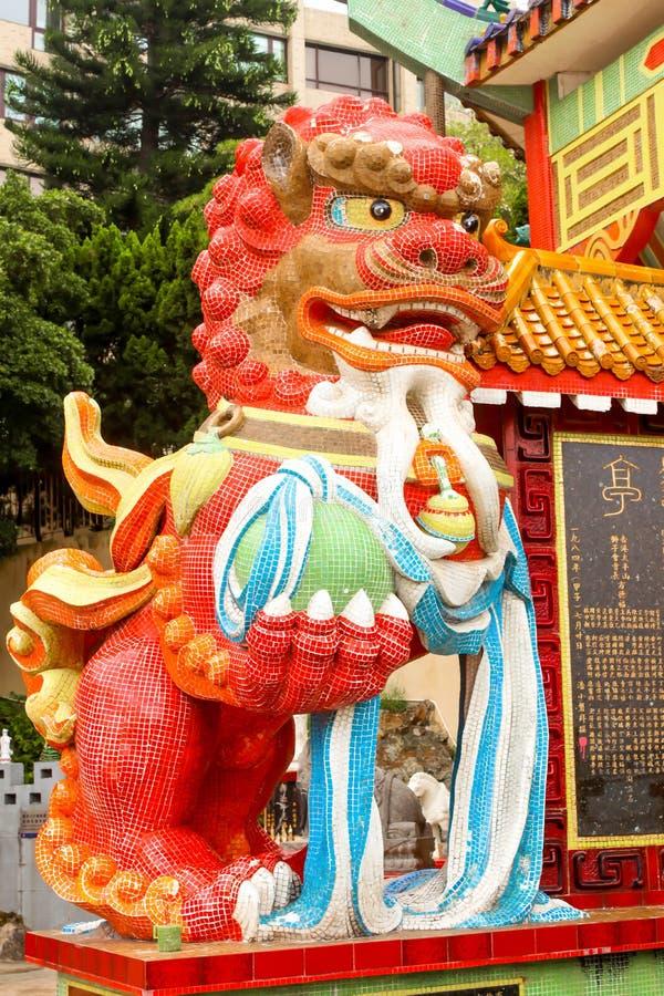 Sluit omhoog rood leeuwstandbeeld in Tin Hau Temple Repulse Bay in Hon stock foto's