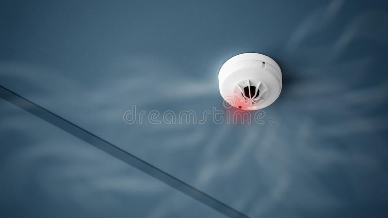 Sluit omhoog rookdetector op plafond van de bouw van de controle van het brandalarmsysteem en exemplaarruimte royalty-vrije stock foto
