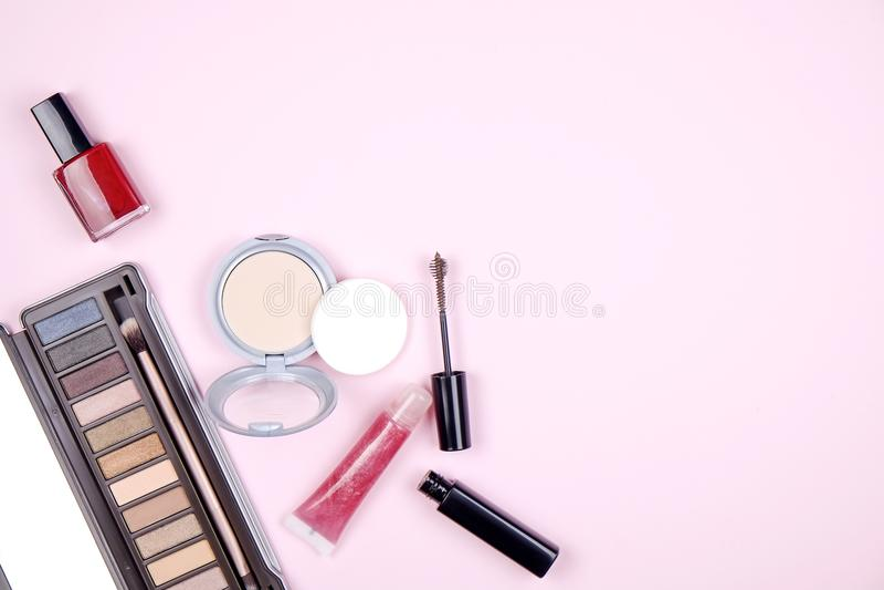 Sluit omhoog samenstelling van de bovenkant van de vrouwen` s lijst met kleurrijk oogschaduwpalet en verschillende kosmetische sc stock foto
