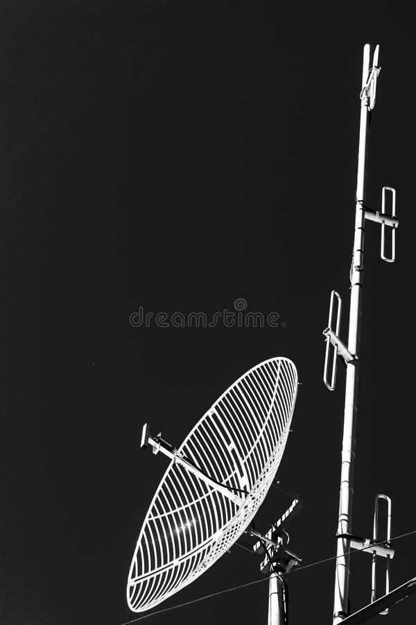 Sluit omhoog Satellietschotel en Radioantenne royalty-vrije stock foto