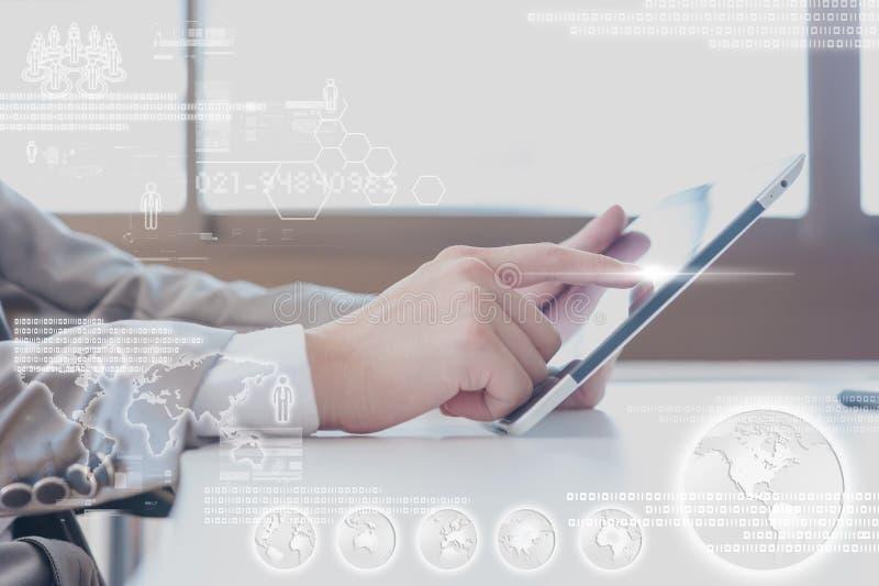 Sluit omhoog scène van de Bedrijfsmens gebruikend tablet met digitale laag royalty-vrije stock afbeeldingen