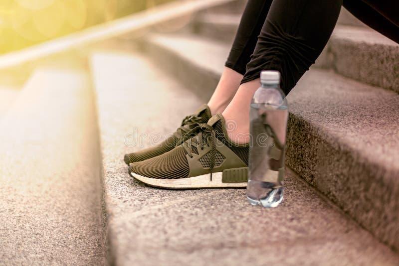 Sluit omhoog schoen en water royalty-vrije stock fotografie