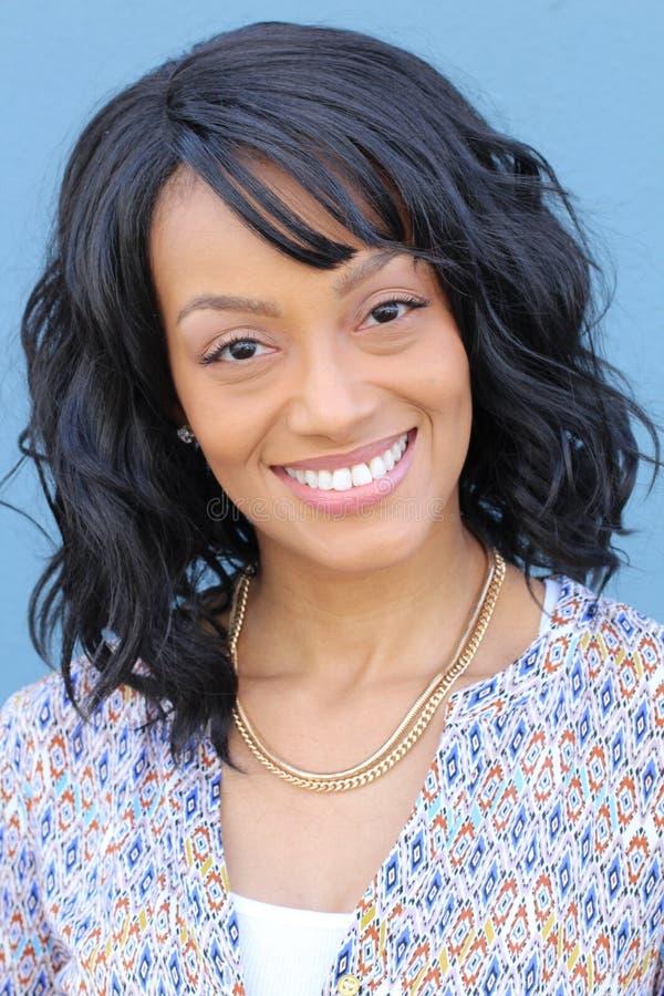 Sluit omhoog schoonheidsportret van een jong en aantrekkelijk Afrikaans Amerikaans zwarte met perfecte huid, zacht glimlachend stock foto's