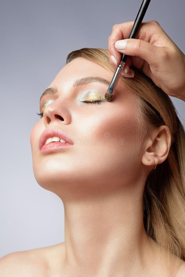 Sluit omhoog schoonheidsportret van een vrij jonge blondevrouw royalty-vrije stock afbeeldingen