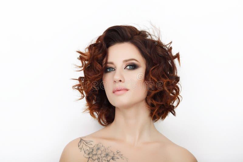 Sluit omhoog schoonheidsstudio van mooie roodharigevrouw wordt geschoten met schitterend make-up krullend haar dat royalty-vrije stock afbeelding