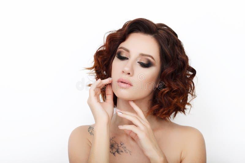 Sluit omhoog schoonheidsstudio van mooie roodharigevrouw wordt geschoten met schitterend make-up krullend haar dat stock foto's