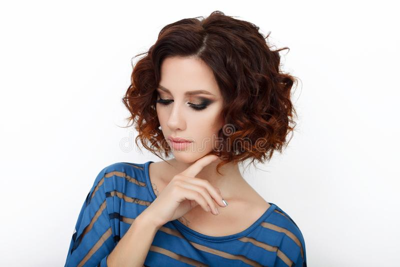 Sluit omhoog schoonheidsstudio van mooie roodharigevrouw wordt geschoten met schitterend make-up krullend haar dat stock fotografie