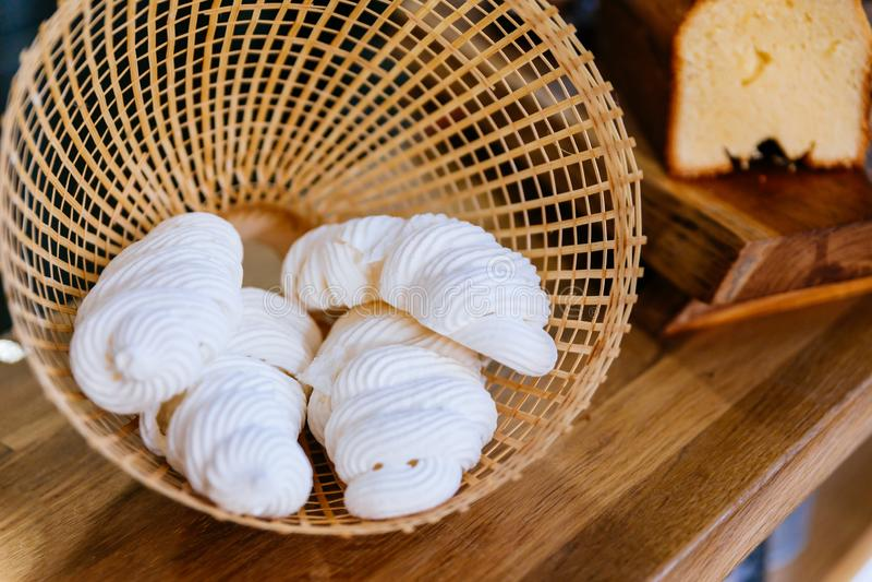 Sluit omhoog Schuimgebakje binnen het weven van mand Snoepje en smelting in uw mond Franse, Spaanse, Zwitserse, en Italiaanse keu royalty-vrije stock foto