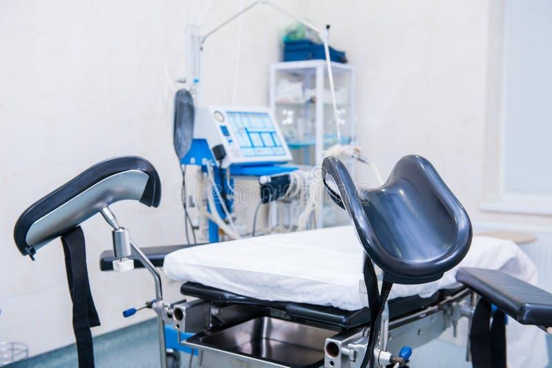 Sluit omhoog selectief nadrukmateriaal en medische hulpmiddelen in moderne werkende ruimte stock afbeelding