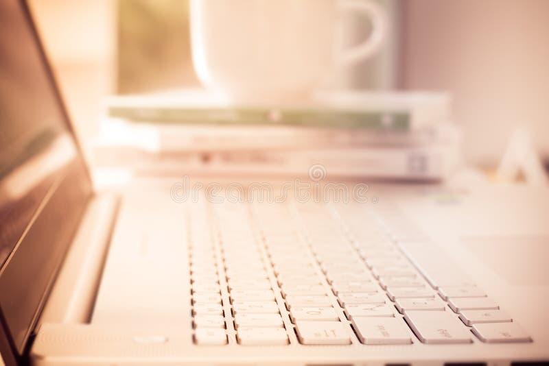 Sluit omhoog selectieve nadruk van zilveren laptop computer stock foto's