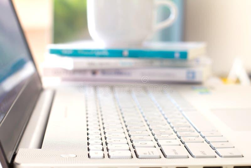 Sluit omhoog selectieve nadruk van zilveren laptop computer royalty-vrije stock foto