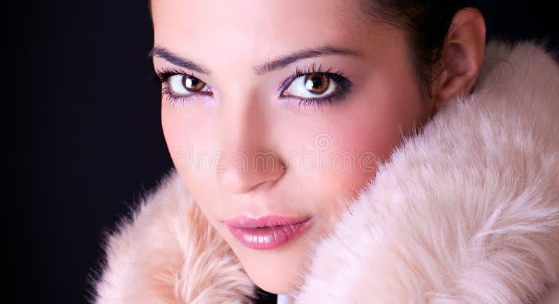 Sluit omhoog sensueel portret van jonge mooie vrouw stock foto