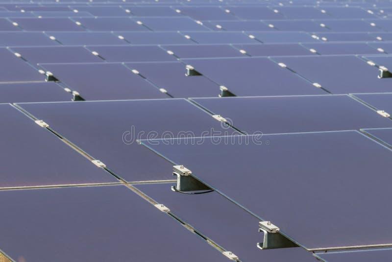Sluit omhoog serie van dunne filmzonnecellen of amorfe siliciumzonnecellen of photovoltaics in zonneelektrische centrale stock afbeeldingen