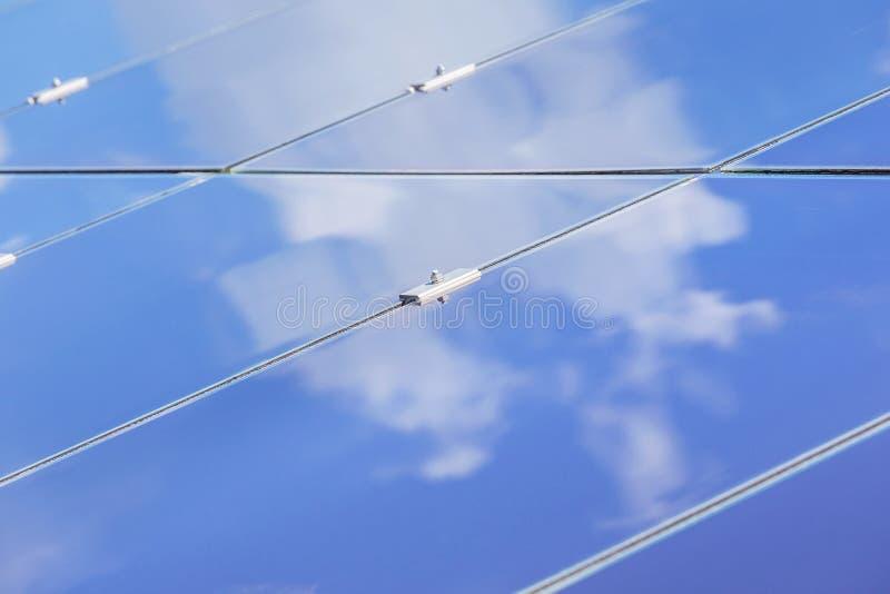 Sluit omhoog serie van dunne filmzonnecellen of amorfe siliciumzonnecellen of photovoltaics in zonneelektrische centrale stock foto