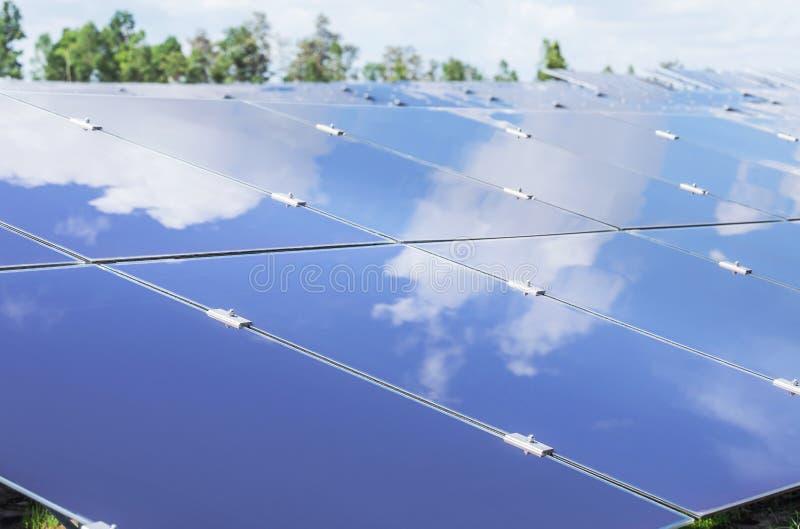 Sluit omhoog serie van dunne filmzonnecellen of amorfe siliciumzonnecellen of photovoltaics in zonneelektrische centrale royalty-vrije stock foto